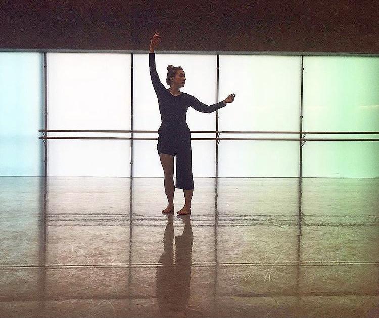 Emilia tanssii